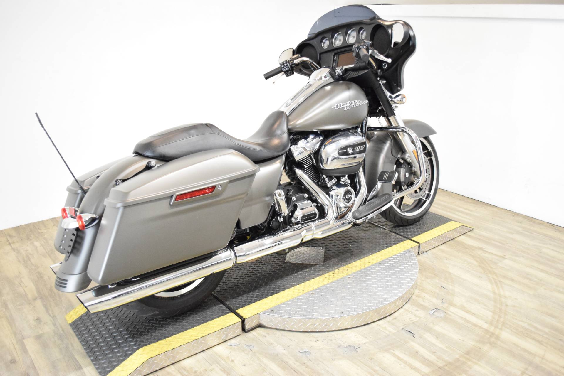 2018 Harley-Davidson Street Glide® in Wauconda, Illinois - Photo 11