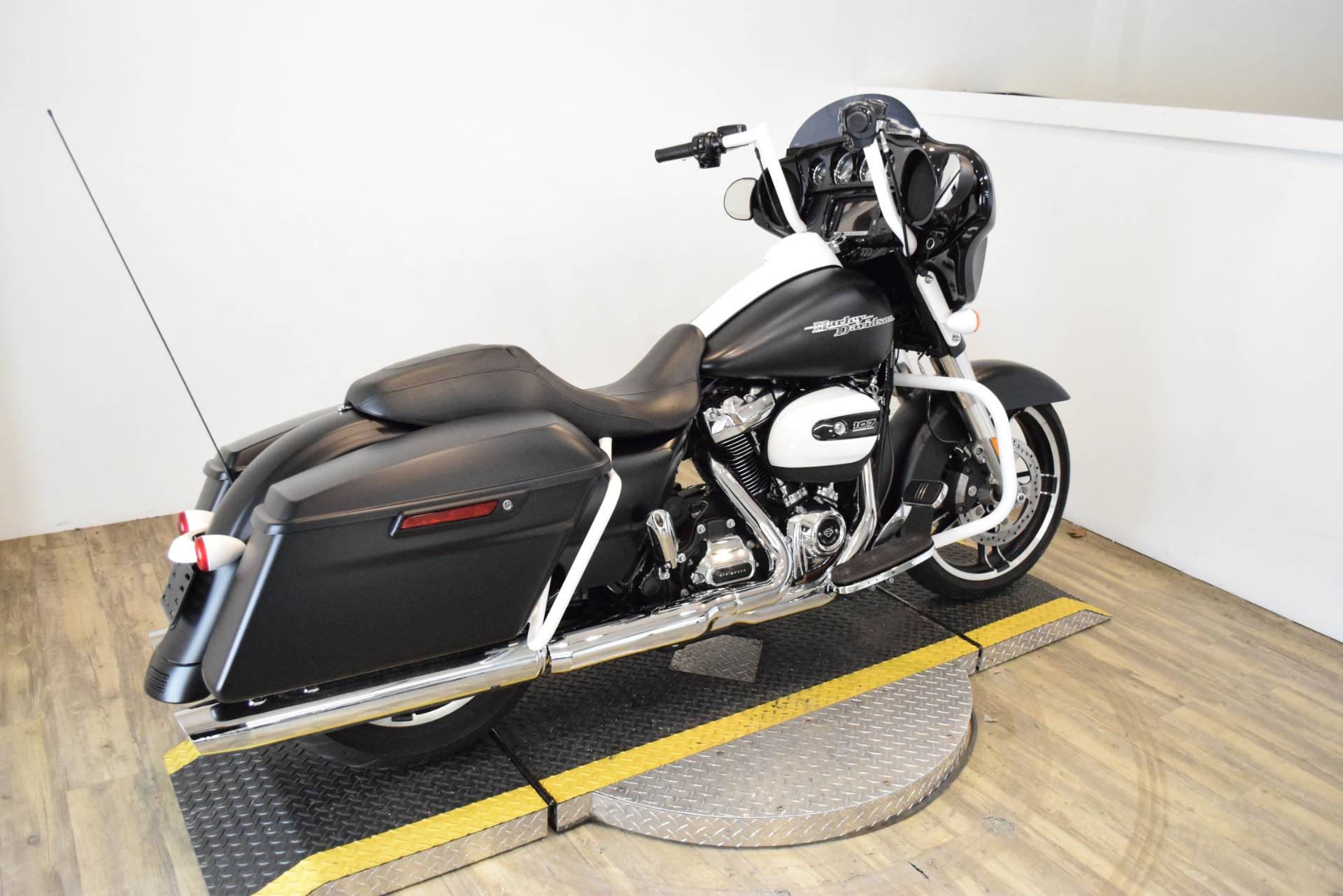 2017 Harley-Davidson Street Glide® Special in Wauconda, Illinois - Photo 11