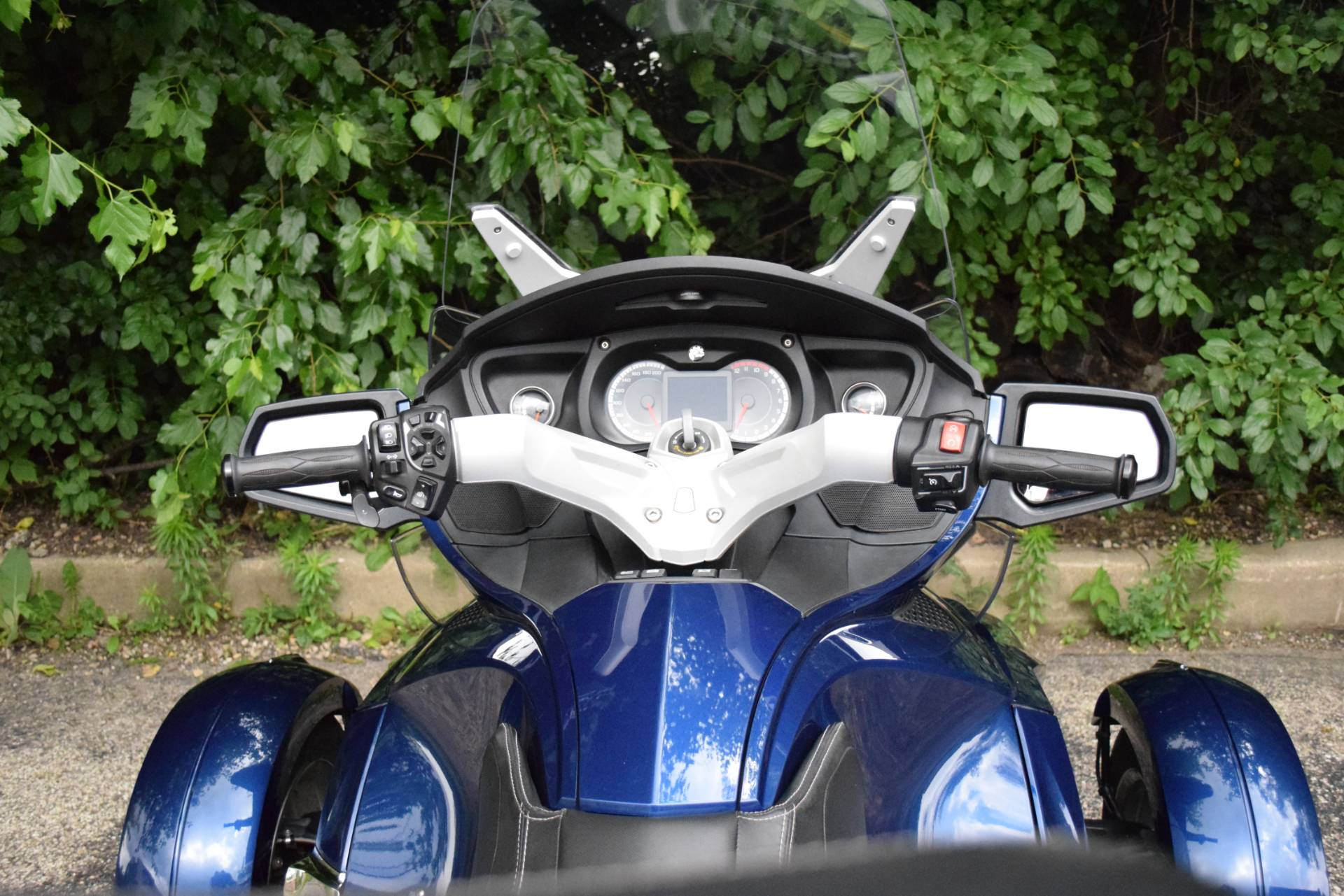2011 Can-Am Spyder® RT Audio & Convenience SE5 in Wauconda, Illinois - Photo 32