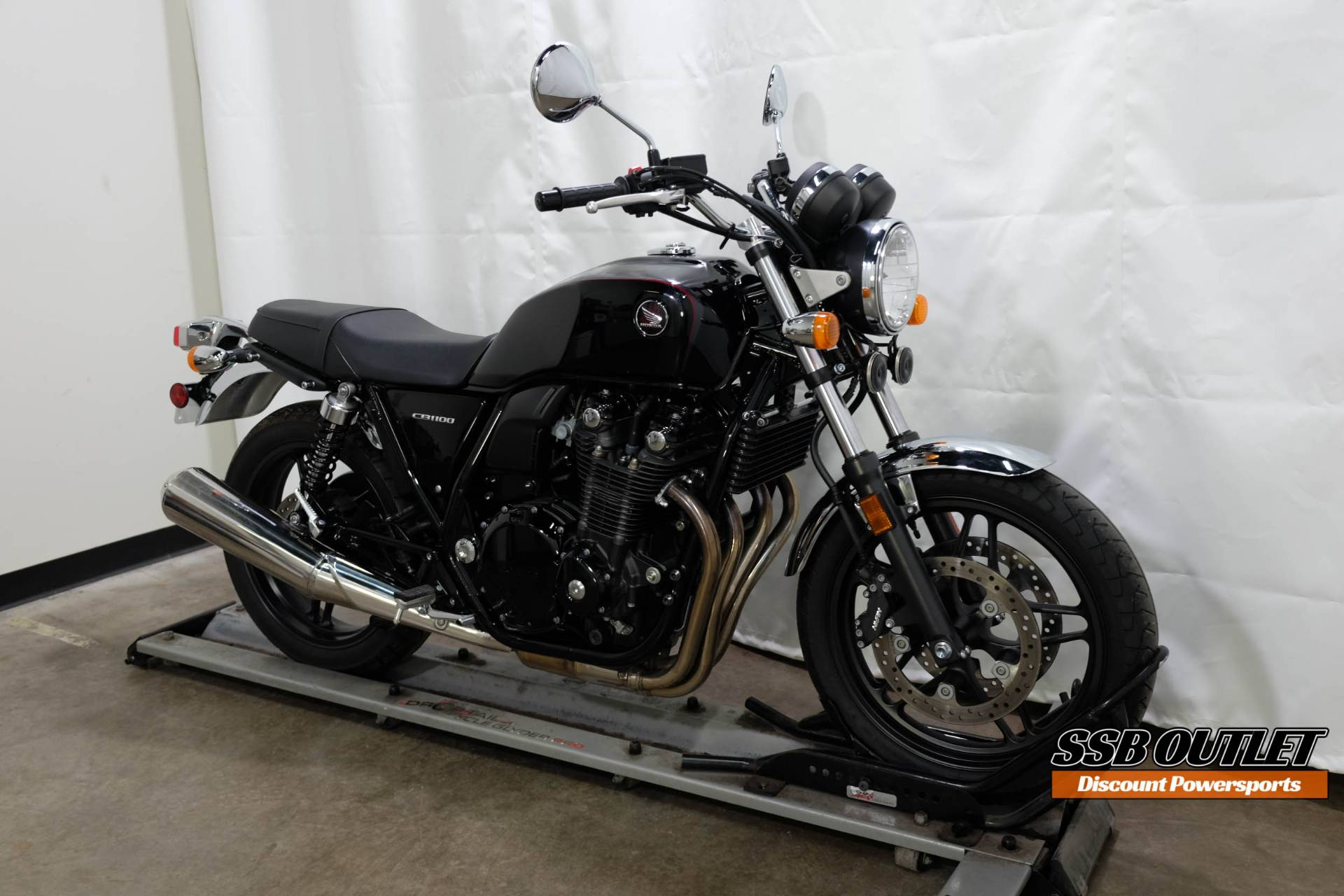 2014 Honda CB1100 in Eden Prairie, Minnesota - Photo 2
