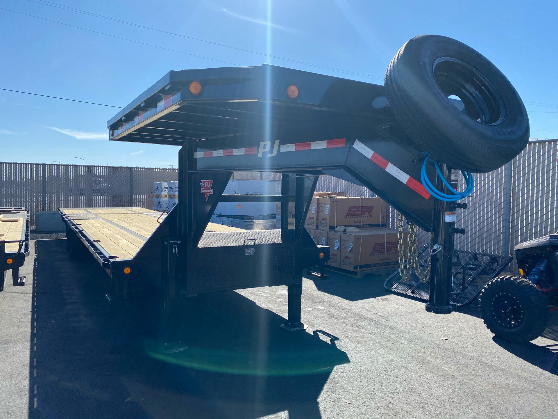 2021 PJ Trailers 36' LOW-PRO W/ HYDRAULIC DOVETAIL TRAILER in Elk Grove, California - Photo 4