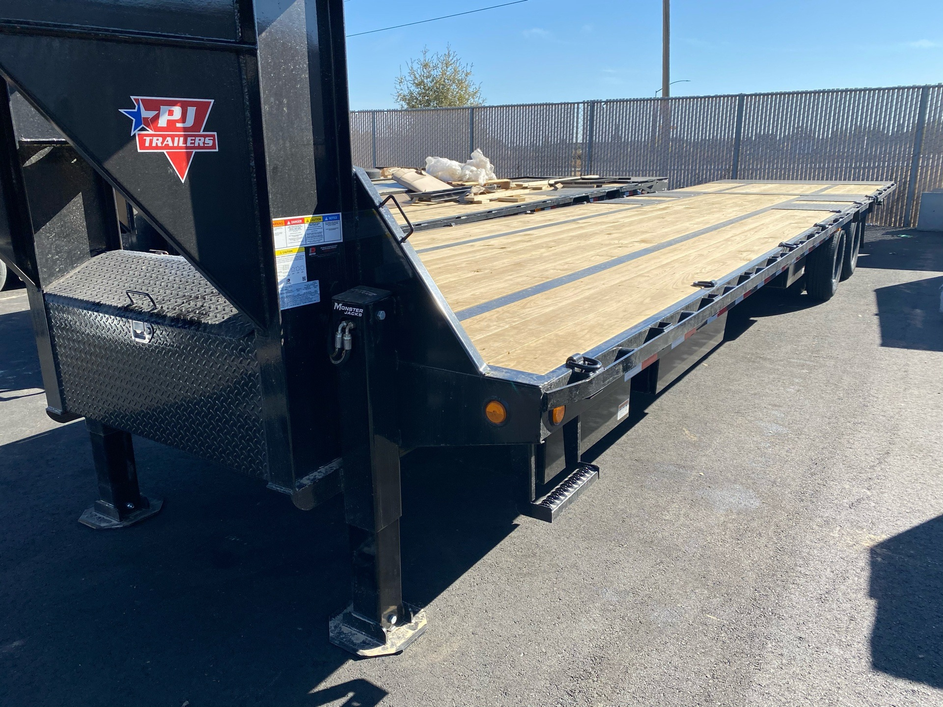 2021 PJ Trailers 36' LOW-PRO W/ HYDRAULIC DOVETAIL TRAILER in Elk Grove, California - Photo 8