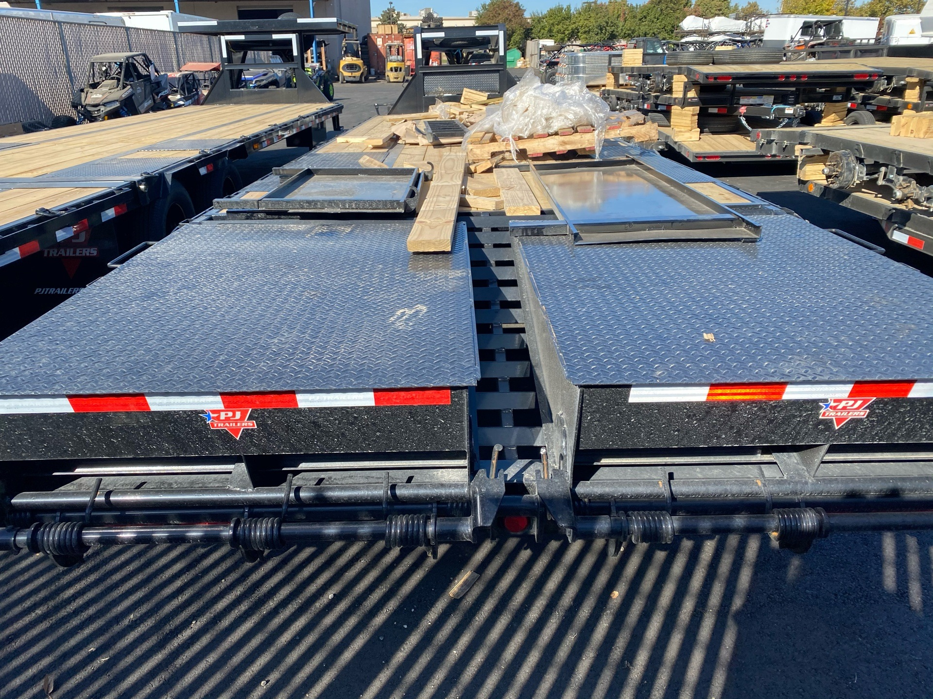 2021 PJ Trailers 30' LOW-PRO FLATDECK W/ DUALS in Elk Grove, California - Photo 10