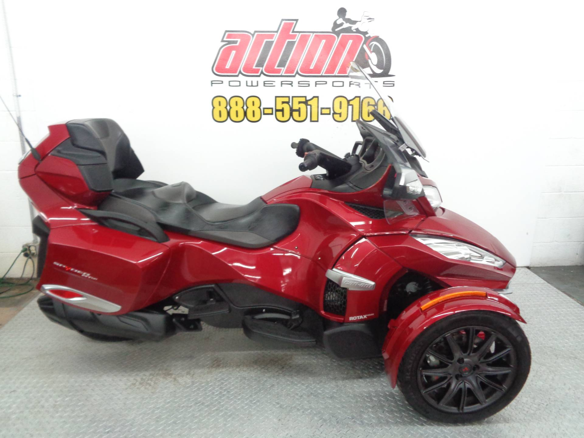 2016 Can-Am™ Spyder RT-S SE6 1