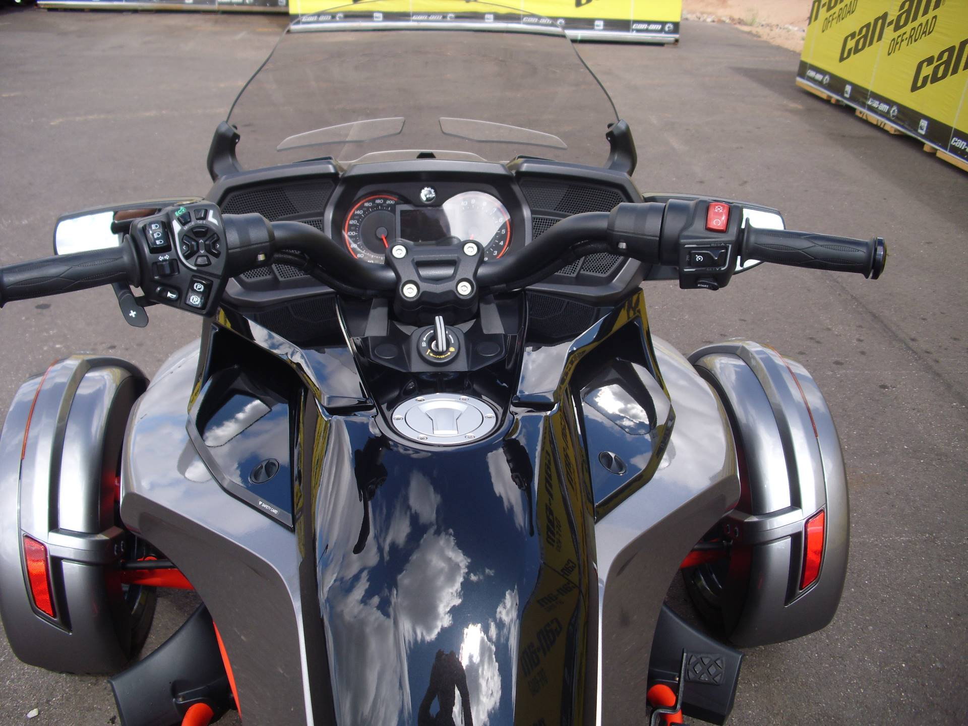 2016 Can-Am™ Spyder F3-T SE6 w/ Audio System 7