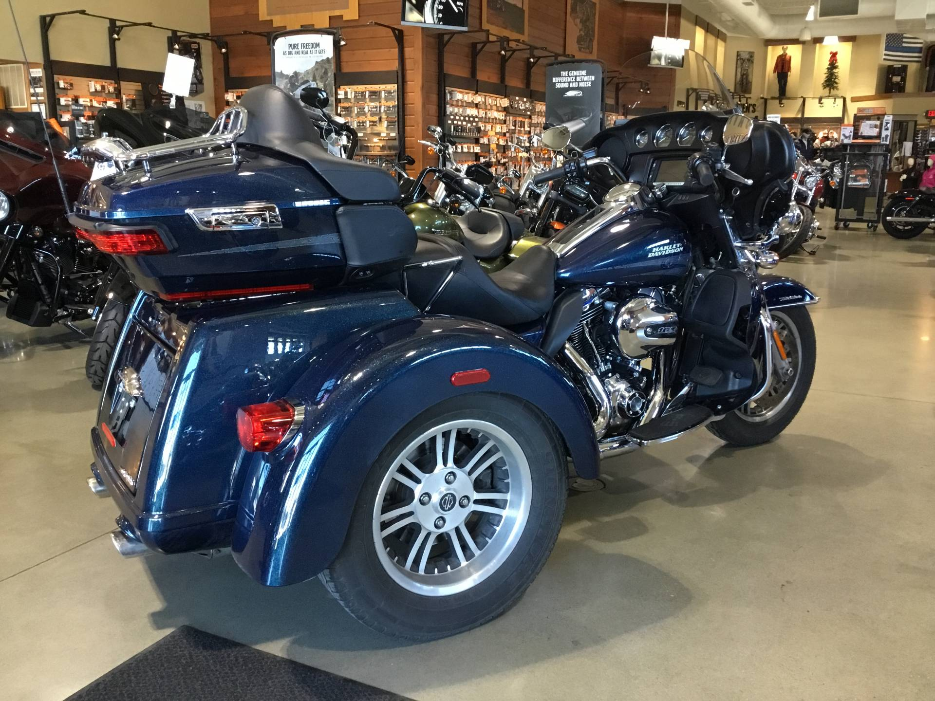 2016 Harley-Davidson Tri Glide® Ultra in Broadalbin, New York - Photo 2