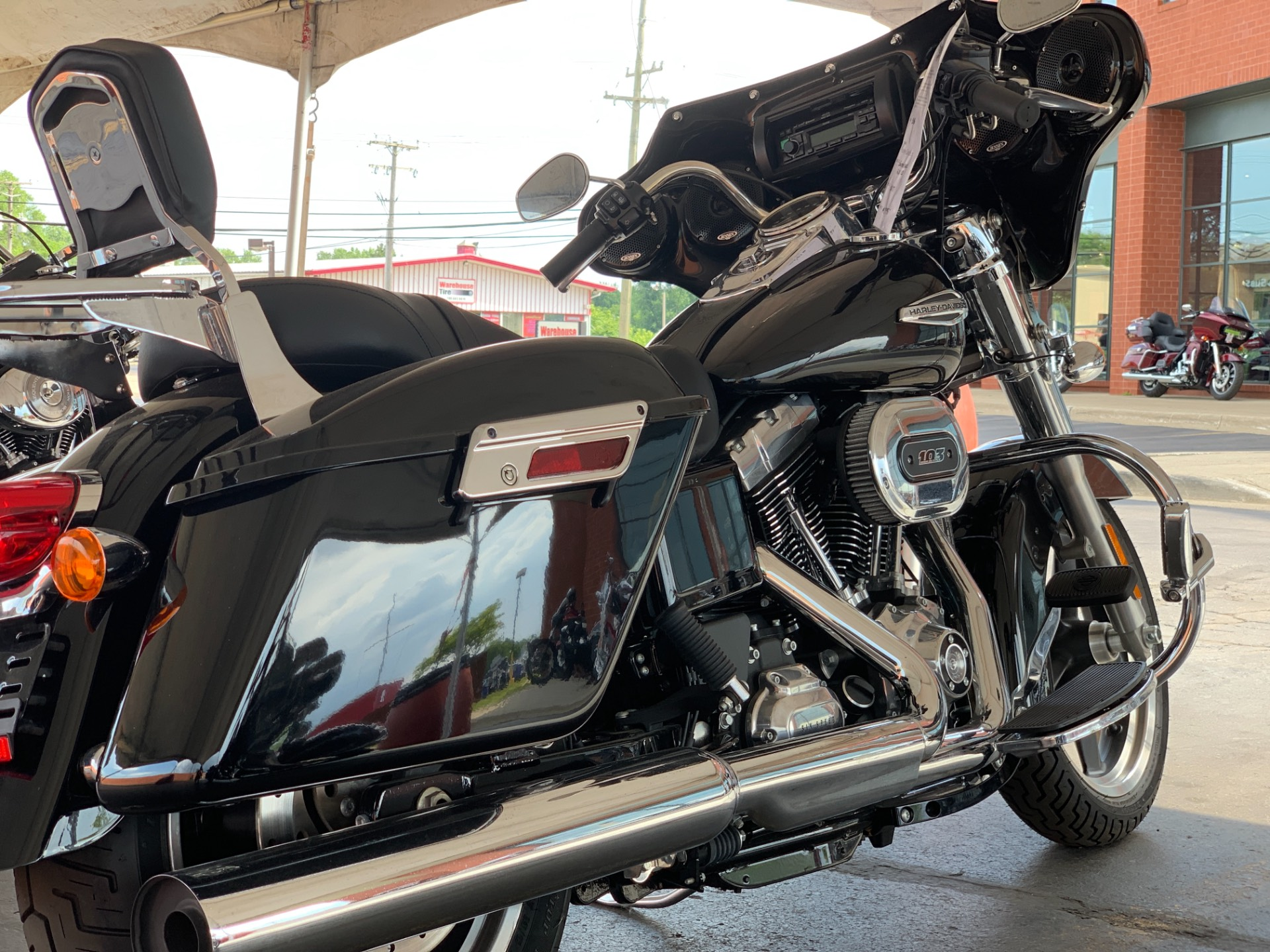2016 Harley-Davidson FLD103 in Waterford, Michigan - Photo 3