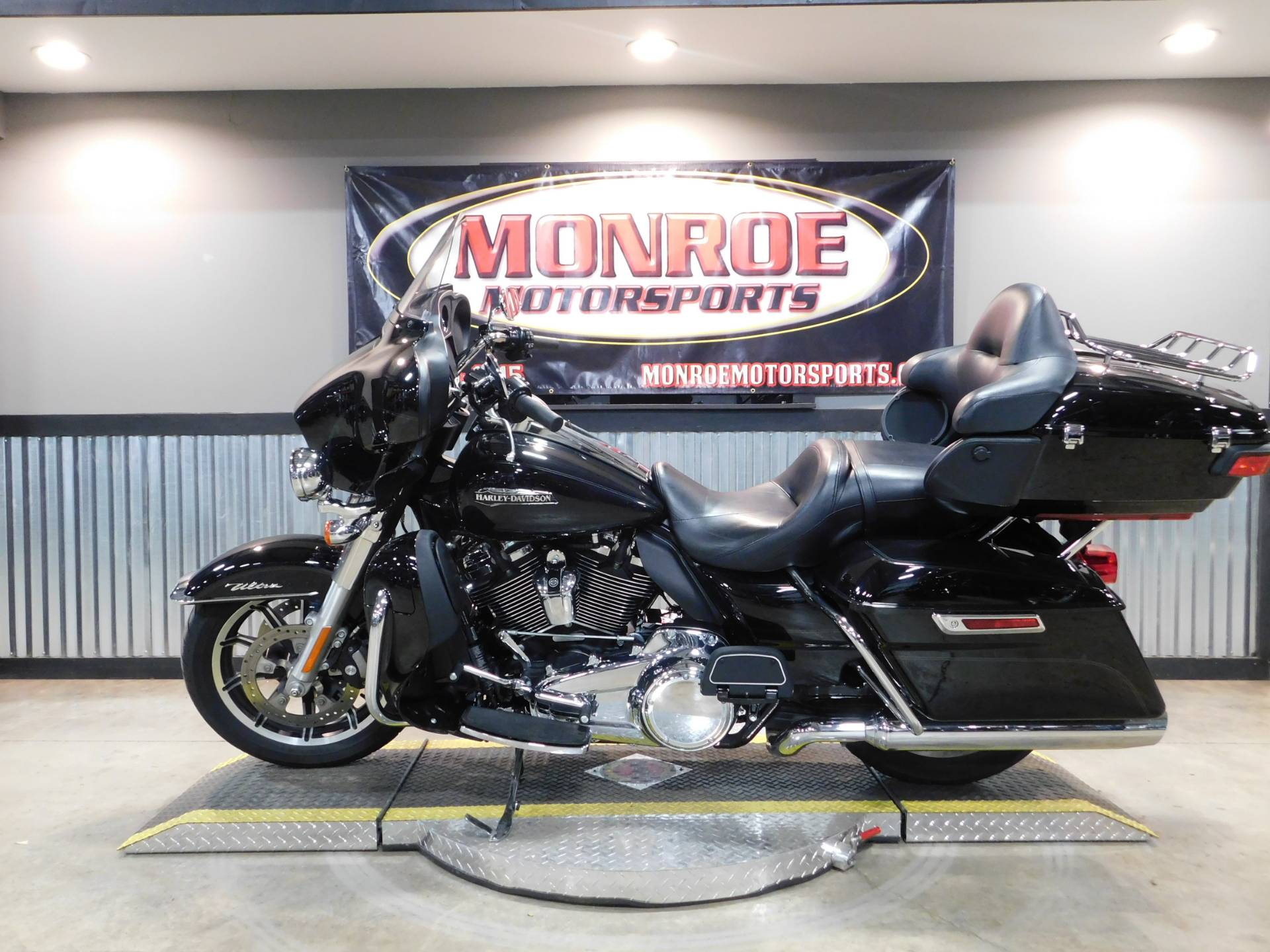 2018 Harley-Davidson Electra Glide® Ultra Classic® in Monroe, Michigan - Photo 2