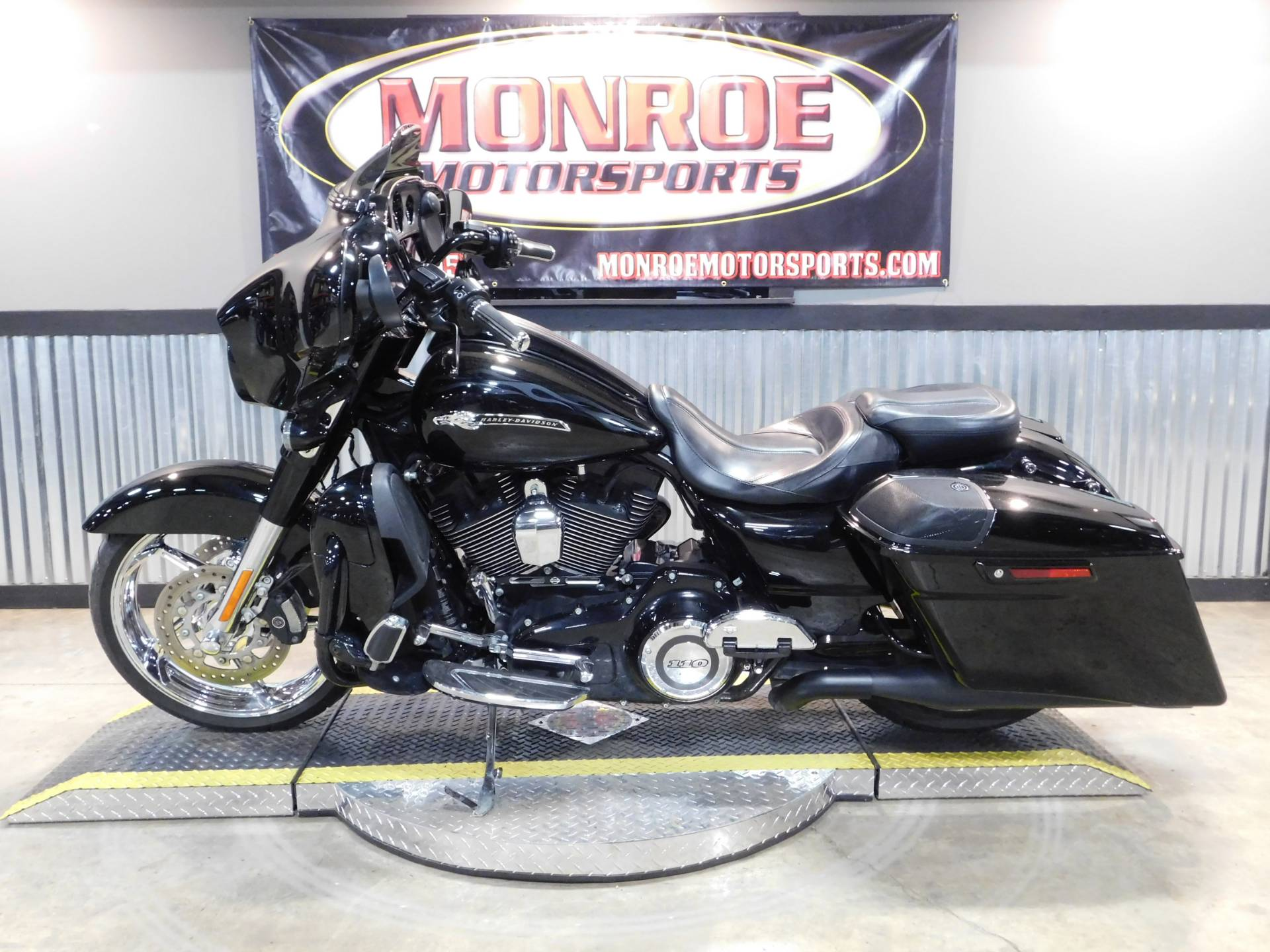 2015 Harley-Davidson CVO™ Street Glide® in Monroe, Michigan - Photo 2