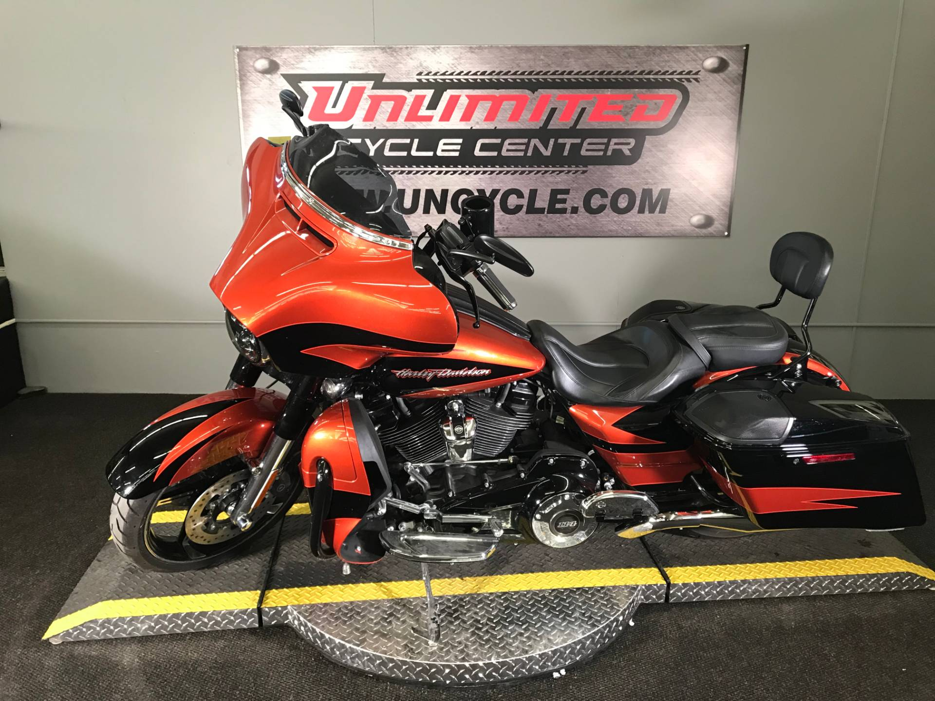 2017 Harley-Davidson CVO™ Street Glide® in Tyrone, Pennsylvania - Photo 8