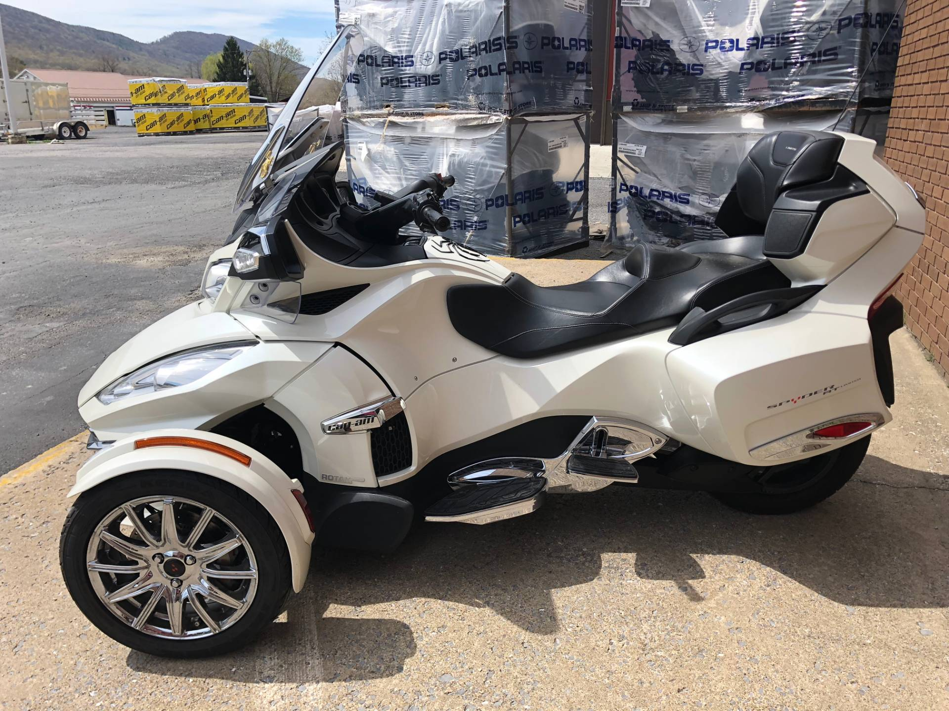 2014 Can-Am Spyder® RT Limited in Tyrone, Pennsylvania - Photo 9