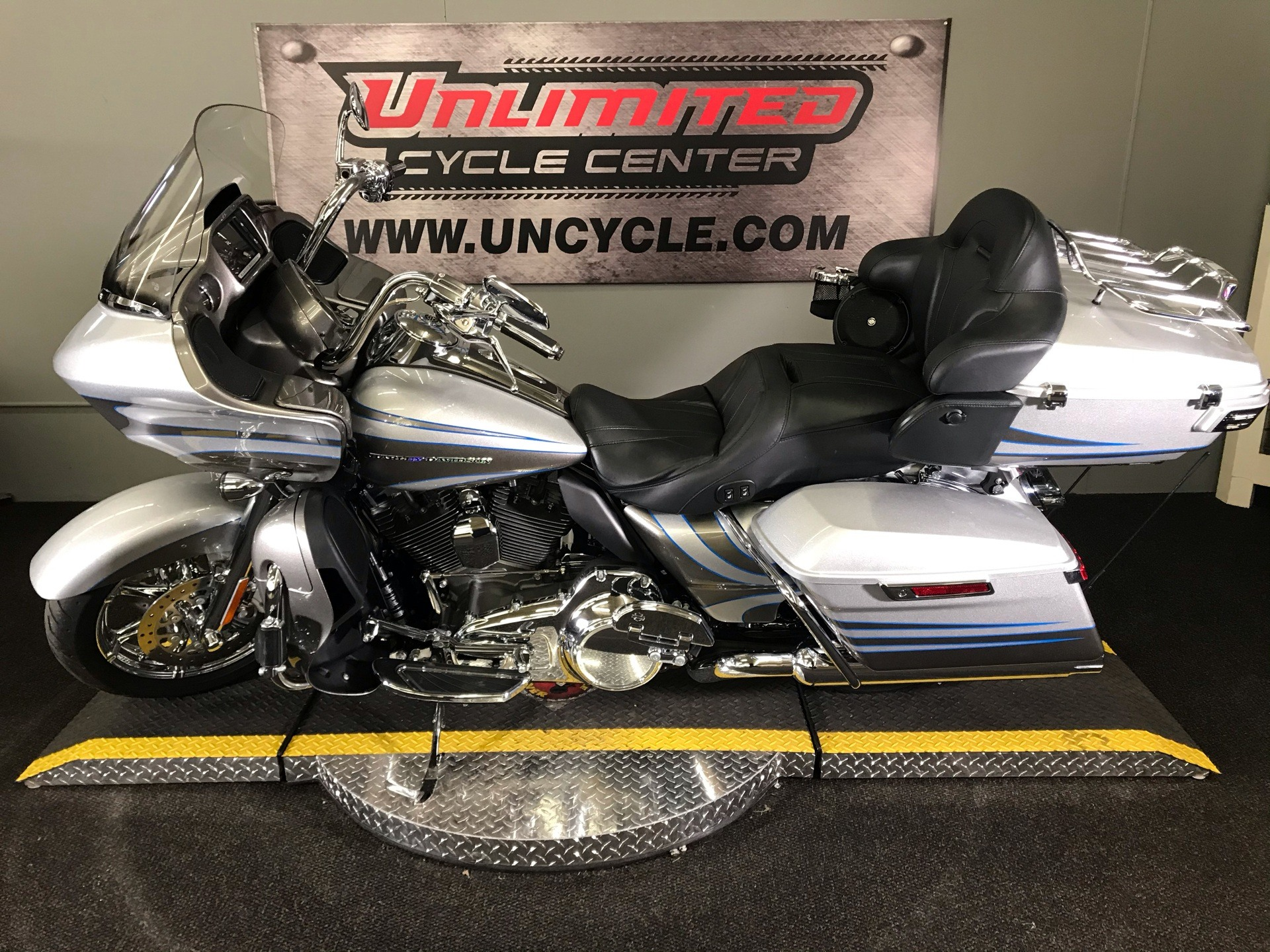 2016 Harley-Davidson CVO™ Road Glide™ Ultra in Tyrone, Pennsylvania - Photo 13