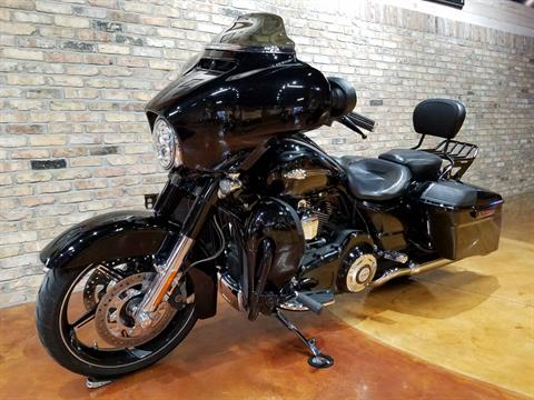 2016 Harley-Davidson CVO™ Street Glide® in Big Bend, Wisconsin - Photo 33