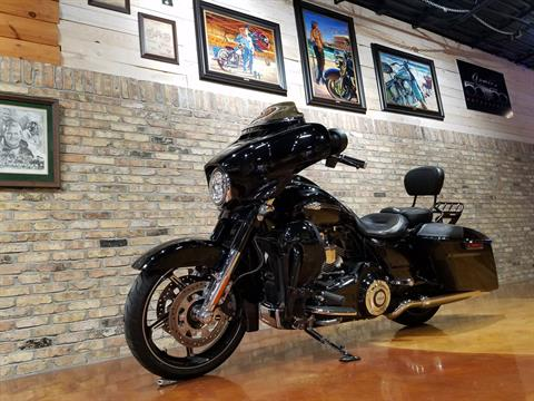 2016 Harley-Davidson CVO™ Street Glide® in Big Bend, Wisconsin - Photo 34
