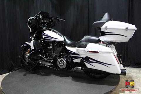 2016 Harley-Davidson CVO™ Street Glide® in Lake Park, Florida - Photo 23