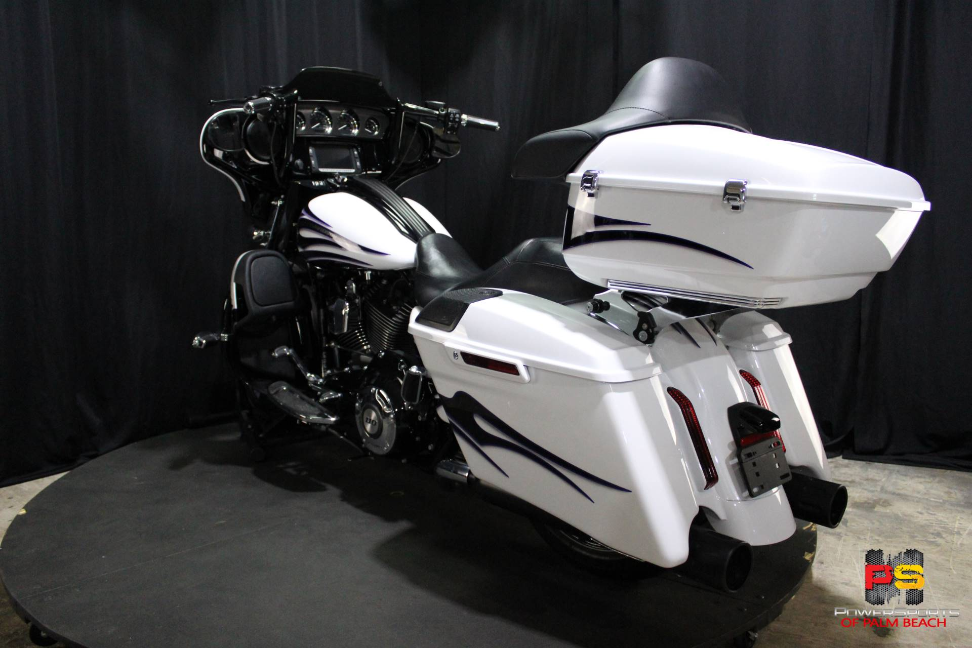 2016 Harley-Davidson CVO™ Street Glide® in Lake Park, Florida - Photo 24