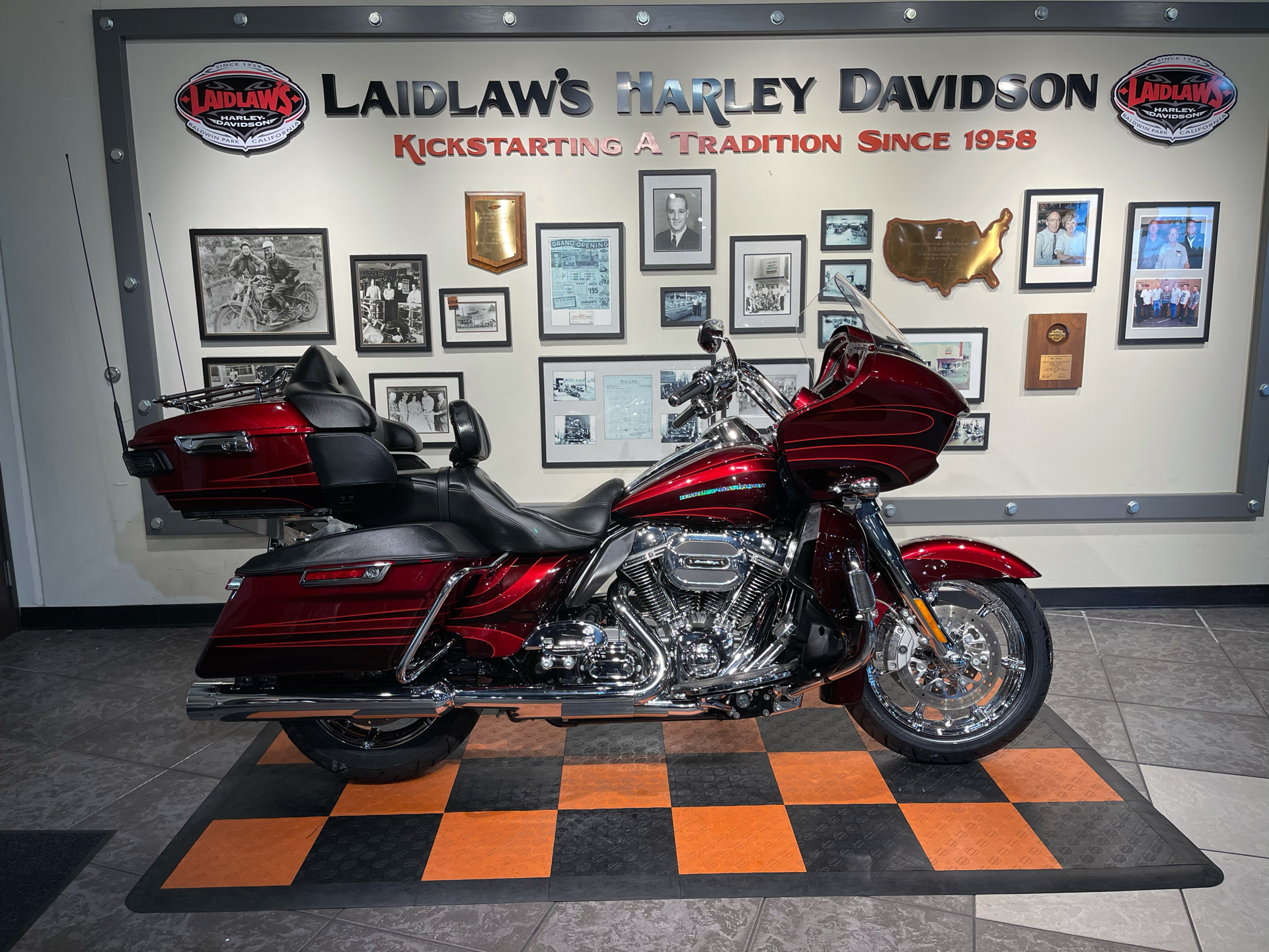 2015 Harley-Davidson CVO™ Road Glide® Ultra in Baldwin Park, California - Photo 1