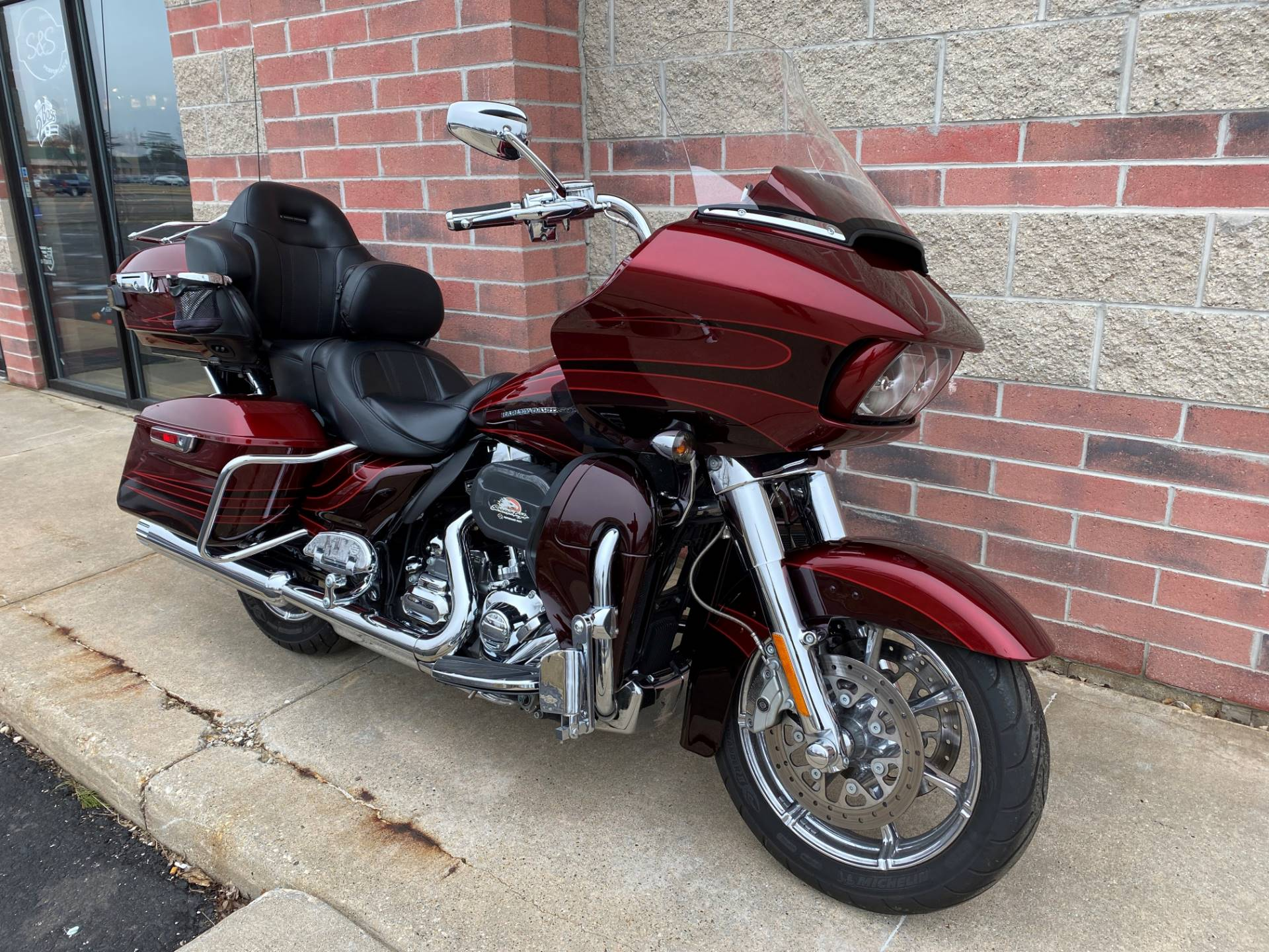 2015 Harley-Davidson CVO™ Road Glide® Ultra in Muskego, Wisconsin - Photo 2