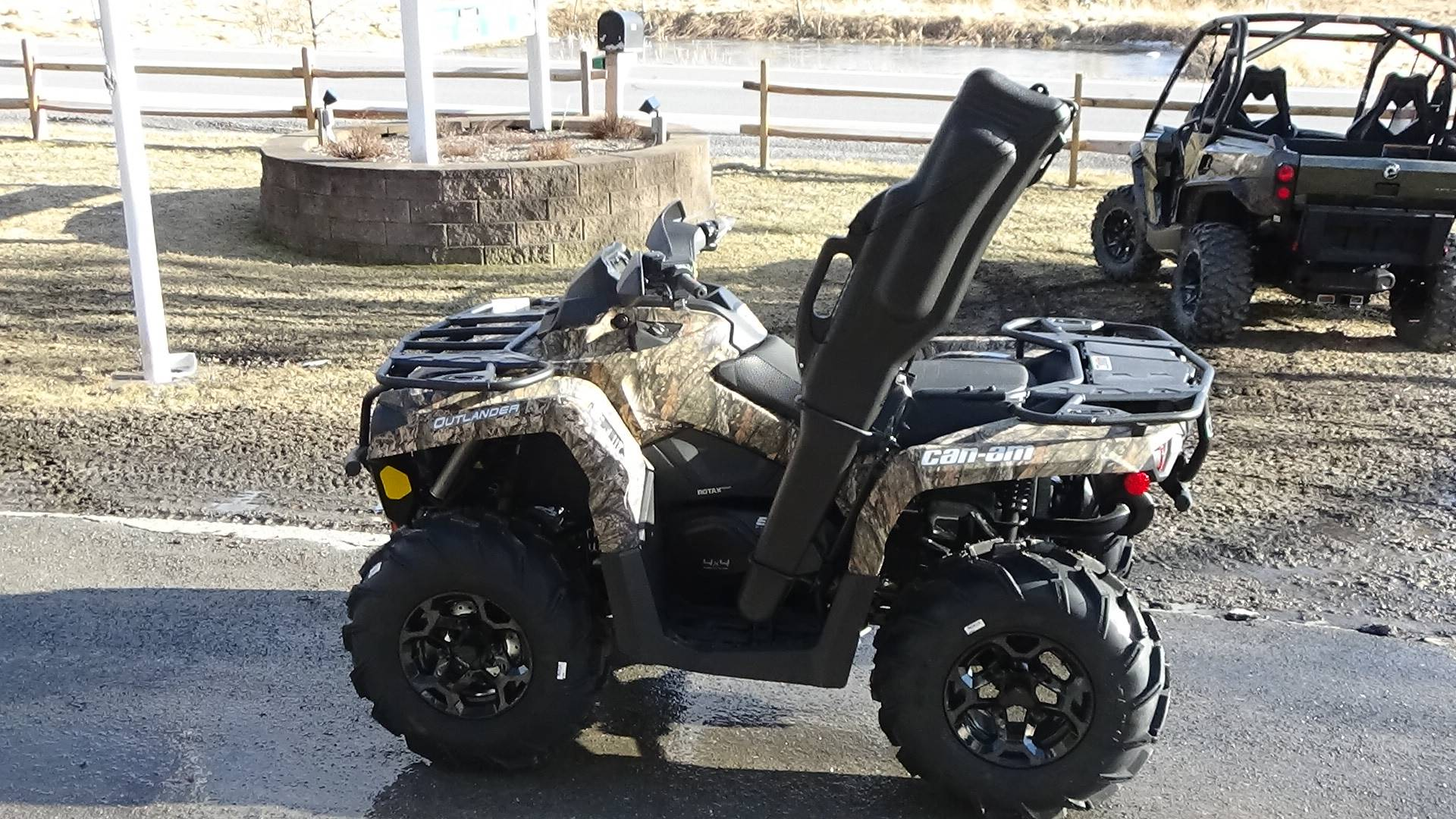 2019 Can-Am Outlander Mossy Oak Hunting Edition 570 in Bennington, Vermont - Photo 2