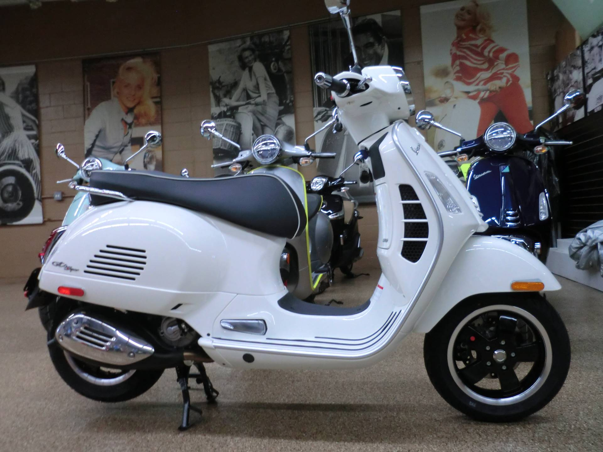 2021 Vespa GTS Super 300 HPE in Downers Grove, Illinois - Photo 6