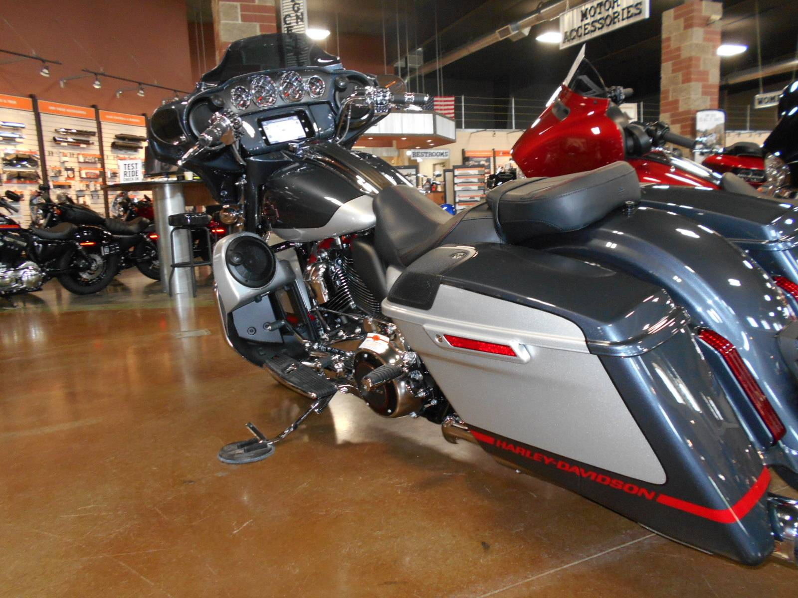 2019 Harley-Davidson CVO™ Street Glide® in Mauston, Wisconsin - Photo 7