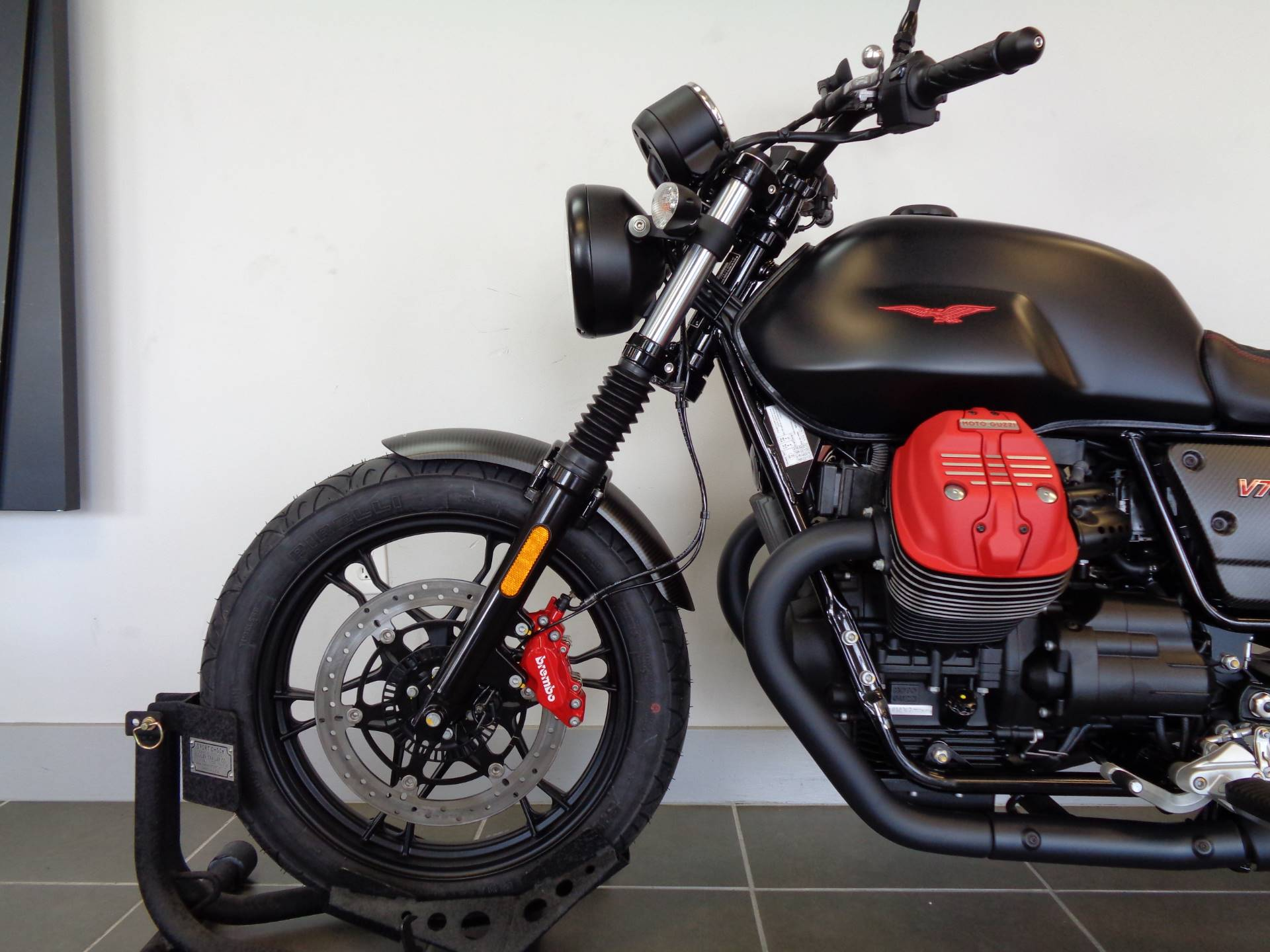 2018 Moto Guzzi V7 III Carbon Dark 12