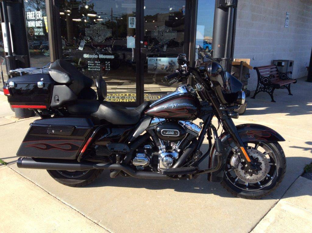2010 Harley-Davidson CVO™ Ultra Classic® Electra Glide® in Frederick, Maryland - Photo 2