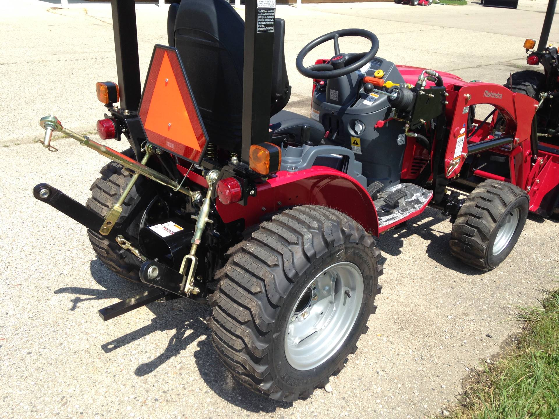 2019 Mahindra eMAX 25L HST in Elkhorn, Wisconsin - Photo 3