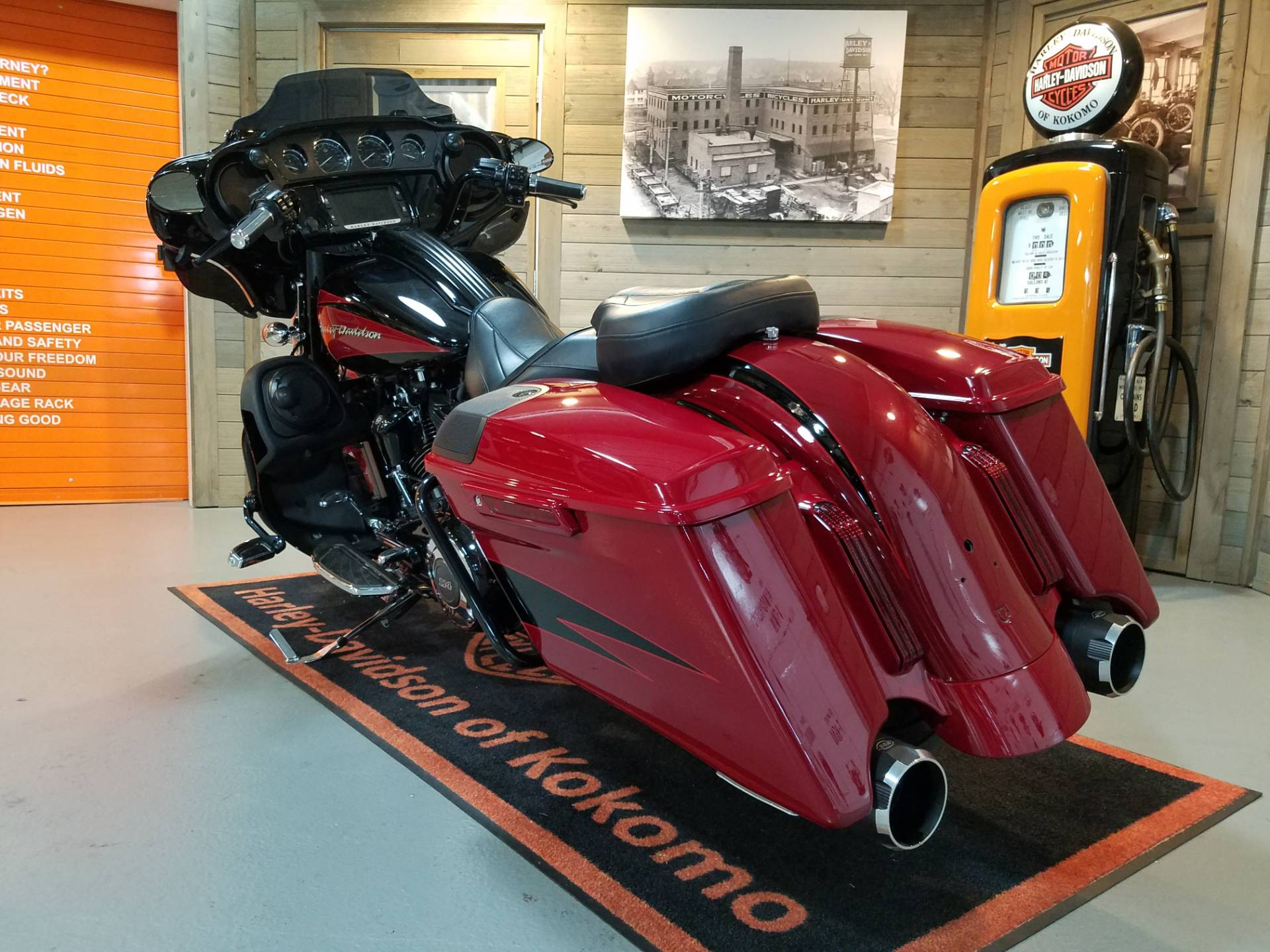 2017 Harley-Davidson CVO™ Street Glide® in Kokomo, Indiana - Photo 9