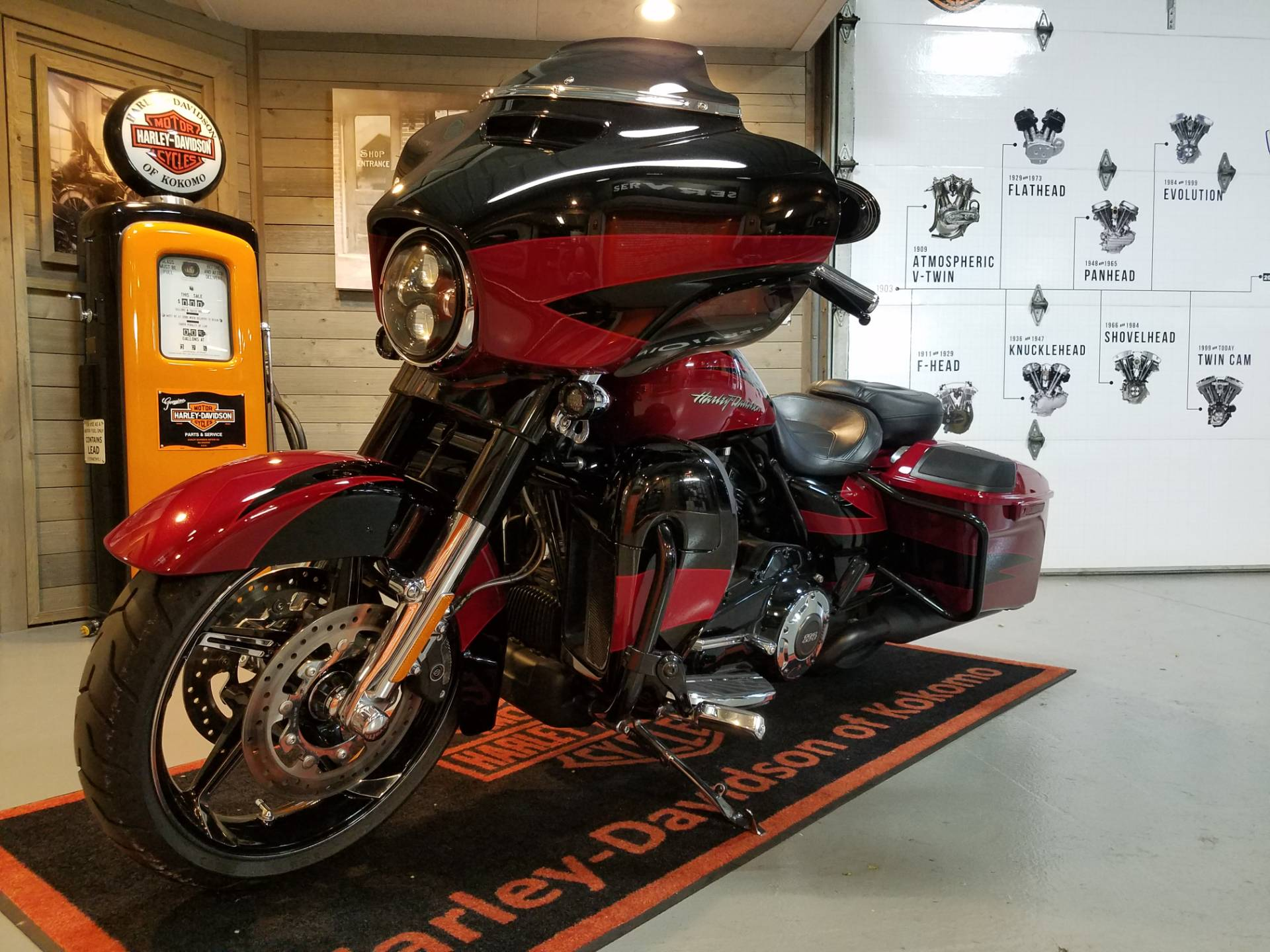2017 Harley-Davidson CVO™ Street Glide® in Kokomo, Indiana - Photo 8