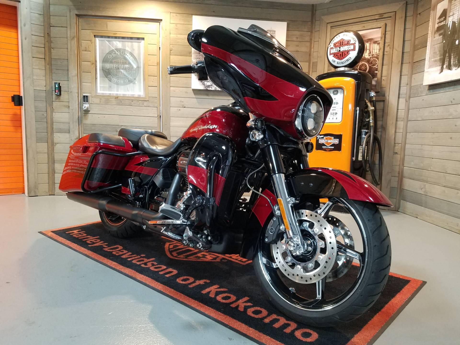 2017 Harley-Davidson CVO™ Street Glide® in Kokomo, Indiana - Photo 2