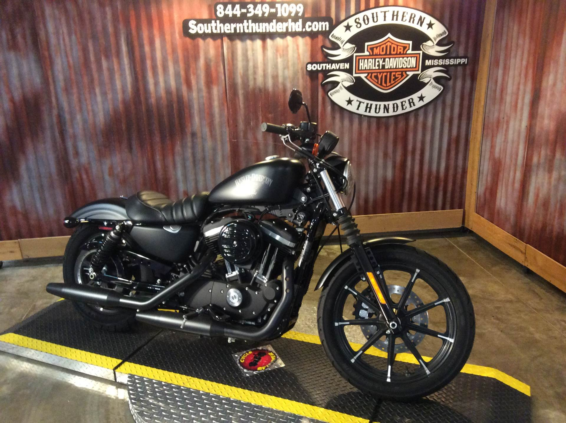 2015 Harley-Davidson Iron 883™ in Southaven, Mississippi