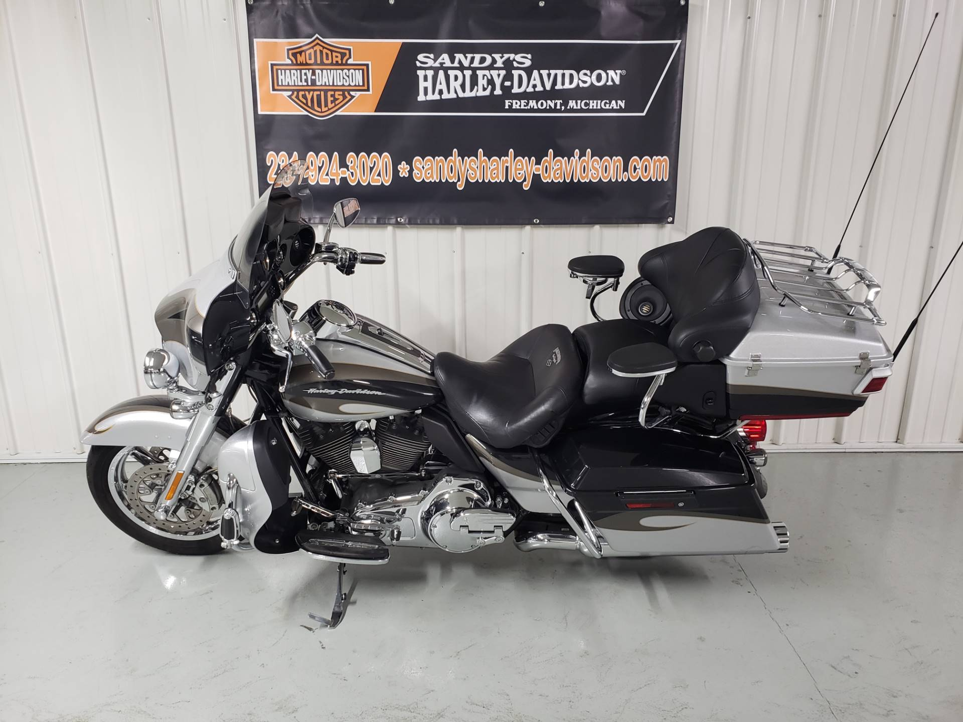 2013 Harley-Davidson CVO™ Ultra Classic® Electra Glide® in Fremont, Michigan - Photo 2