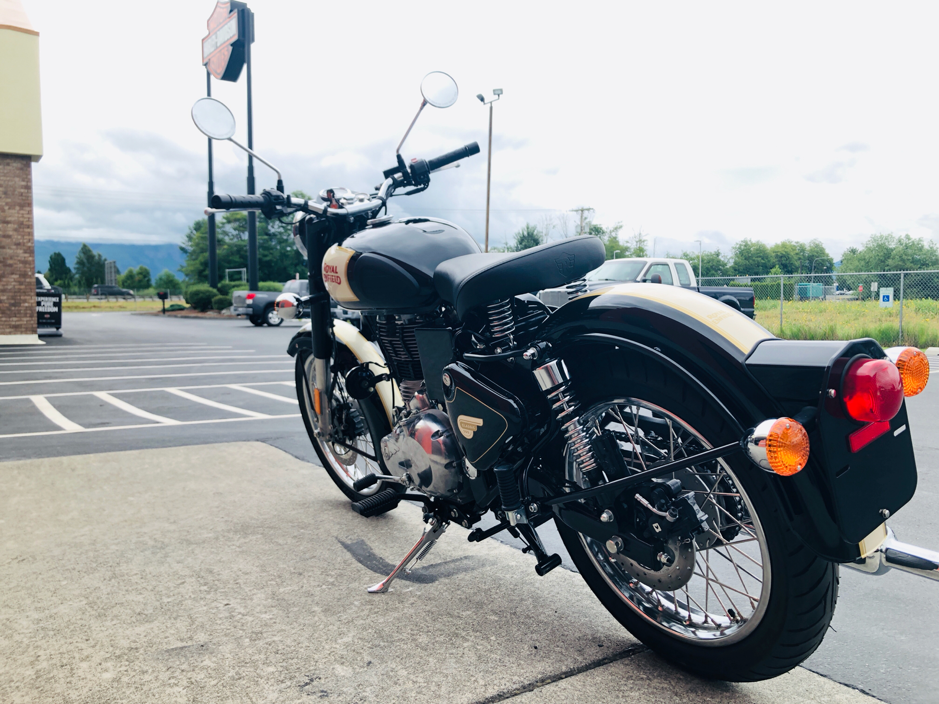 2019 Royal Enfield Classic 500 ABS in Burlington, Washington - Photo 6