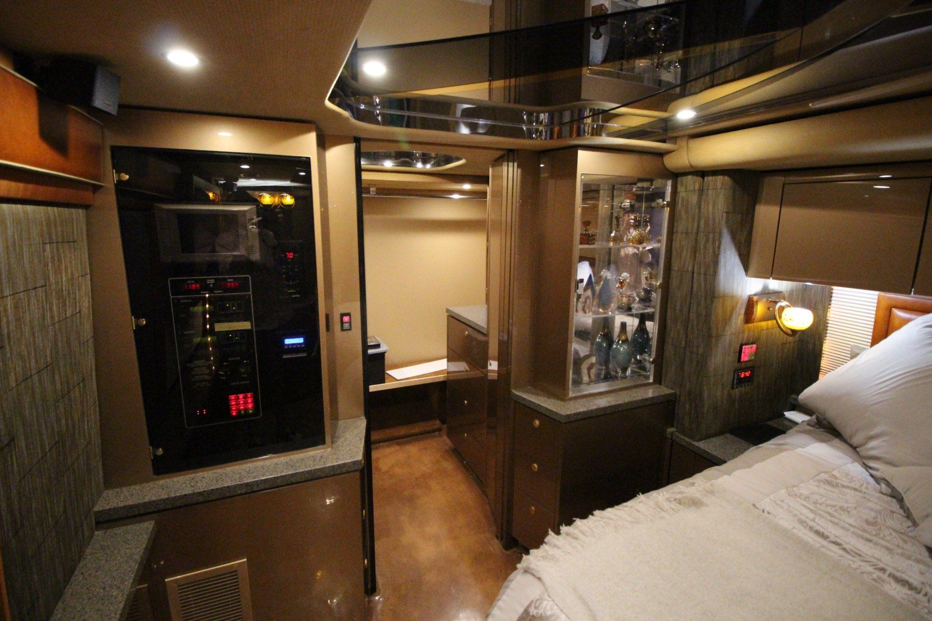 2007 Prevost Featherlite in Wolfforth, Texas - Photo 37