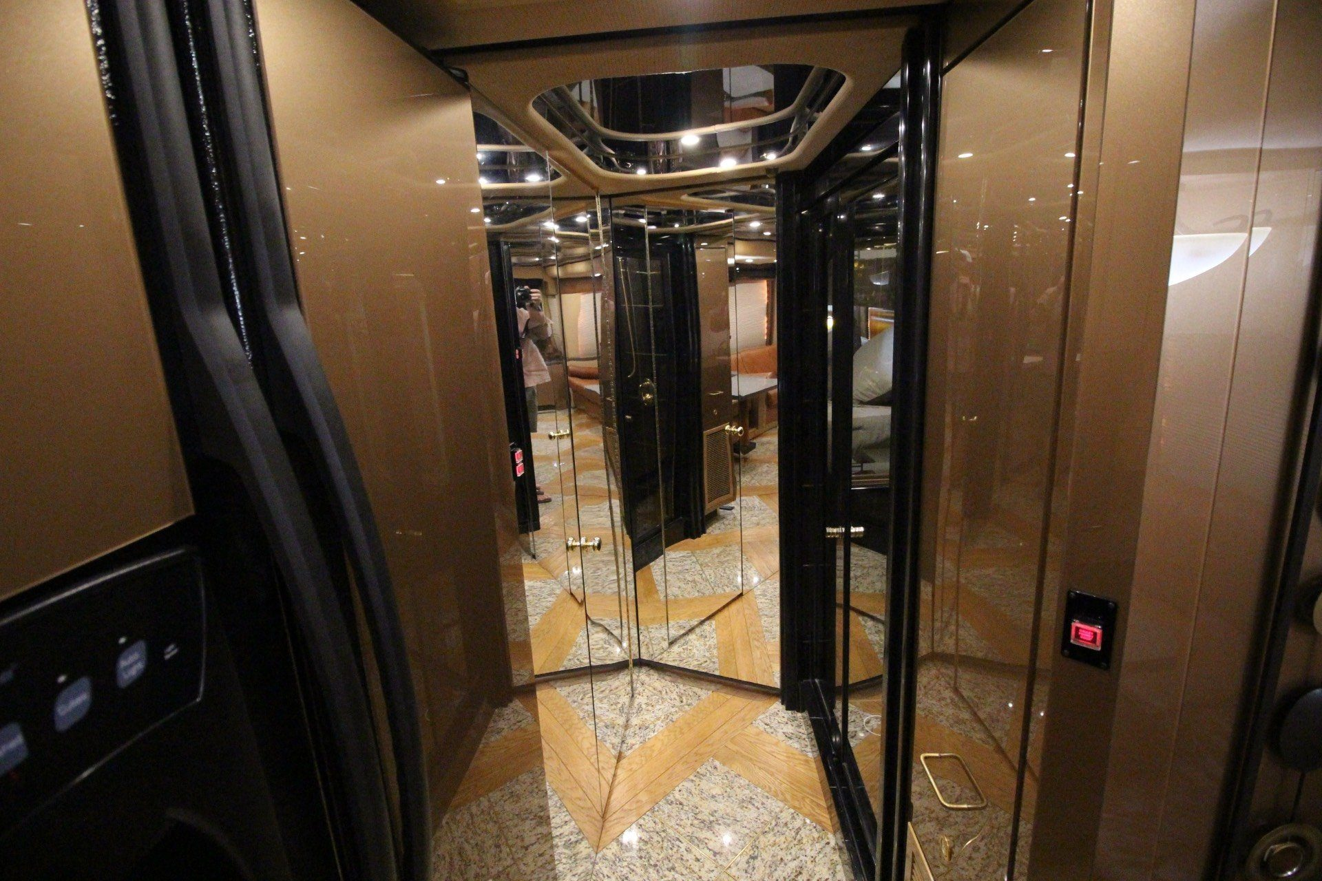2007 Prevost Featherlite in Wolfforth, Texas - Photo 42