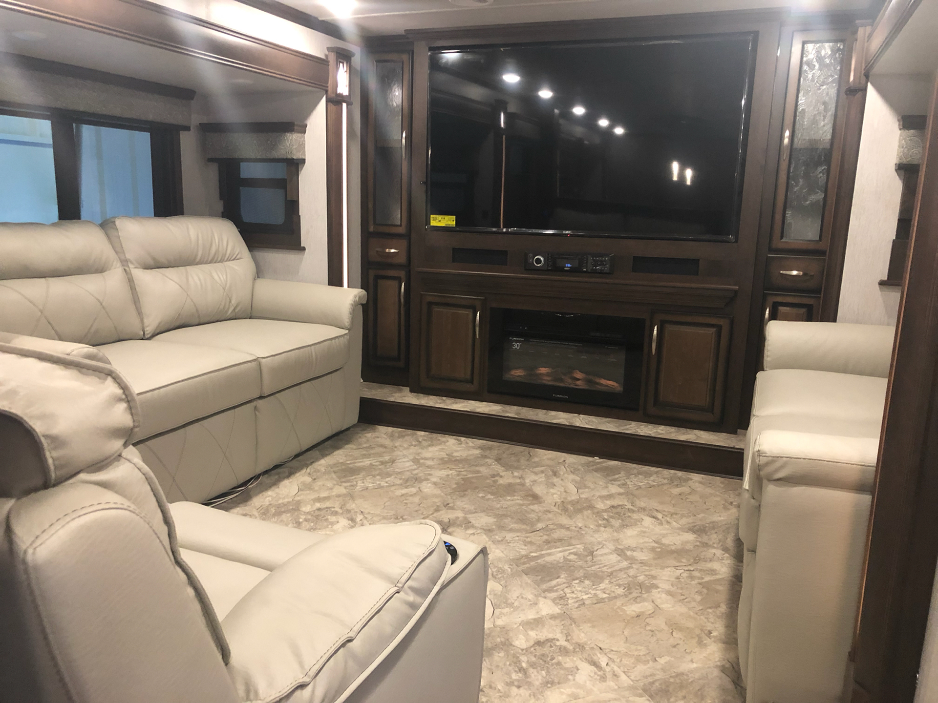 2020 Heartland Rvs LM Lafayette in Wolfforth, Texas - Photo 4