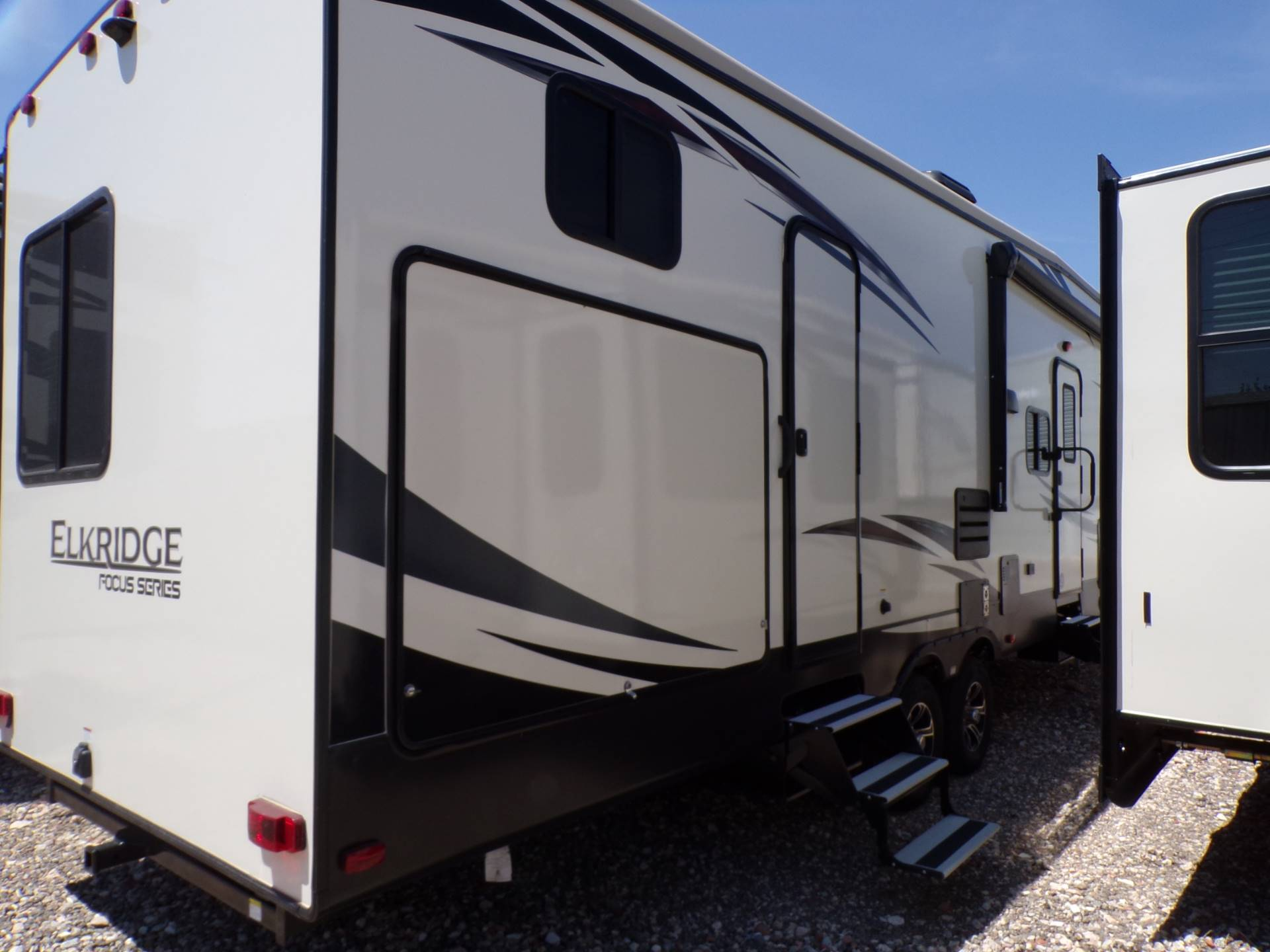 2020 Heartland Rvs Elk Focus 327BH in Wolfforth, Texas - Photo 4