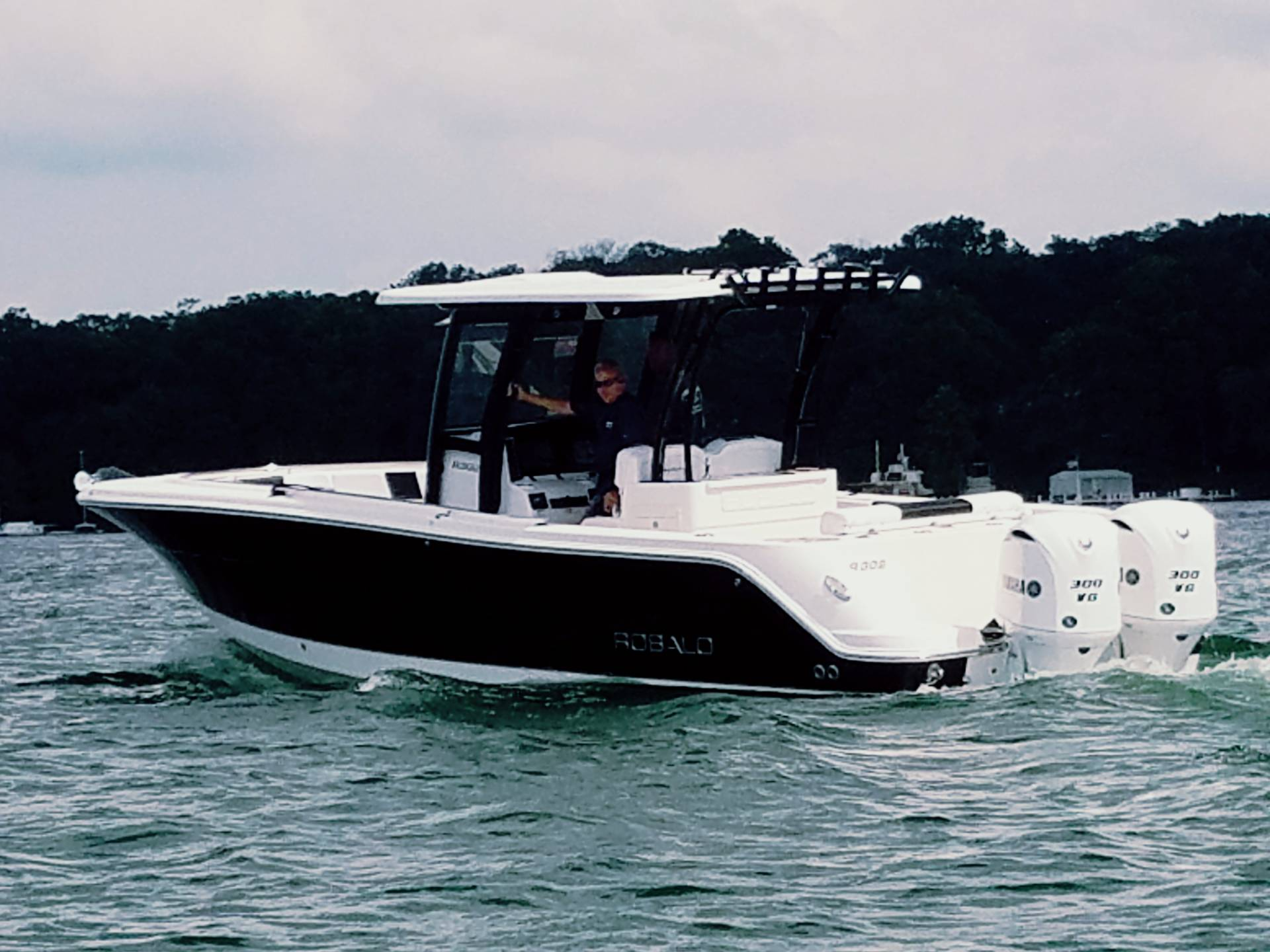 2017 Robalo R302 Center Console in Round Lake, Illinois