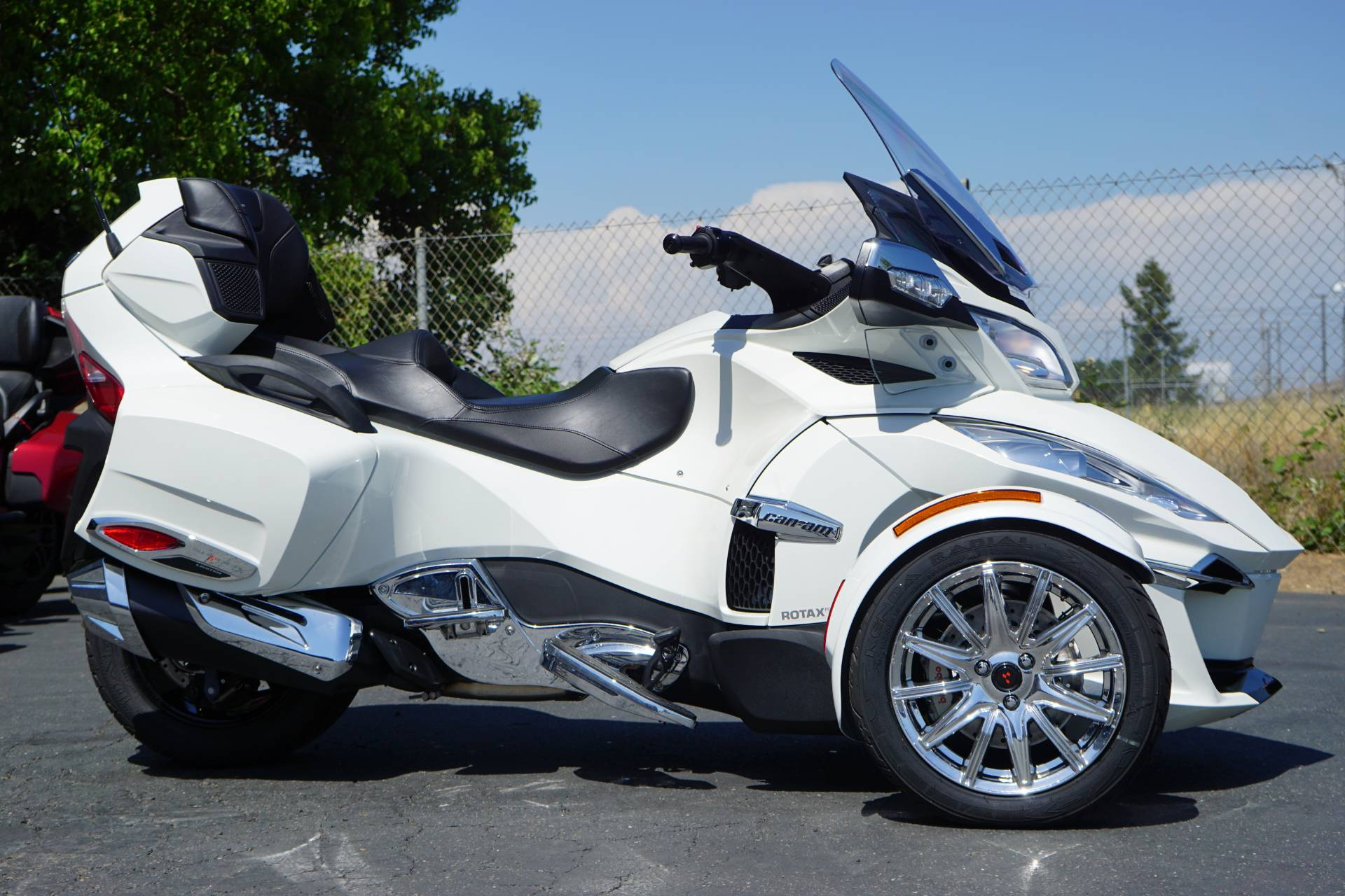 2018 Can-Am Spyder RT Limited in Elk Grove, California - Photo 2