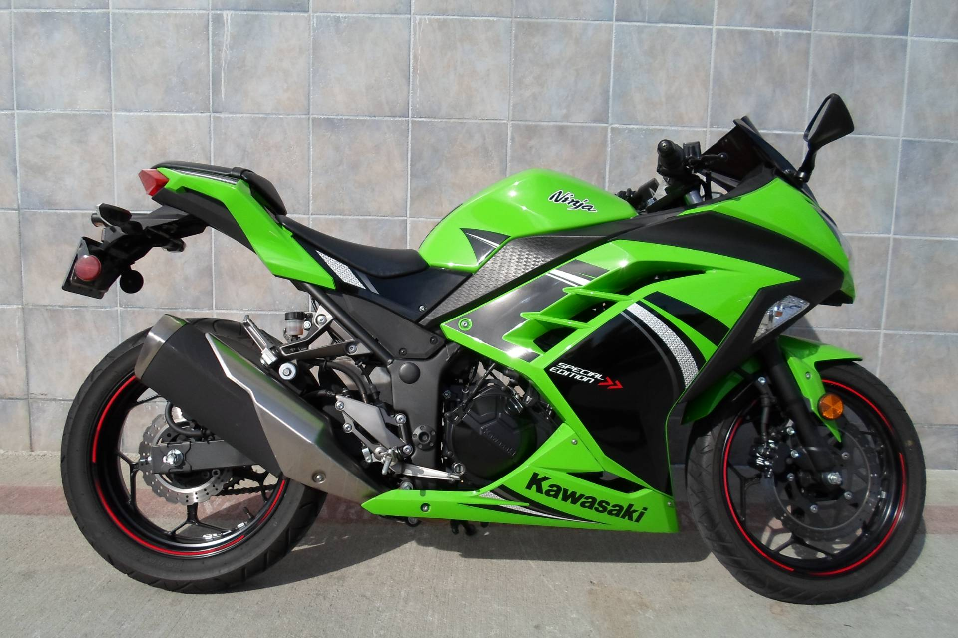 2014 Kawasaki Ninja® 300 SE in San Marcos, California - Photo 11