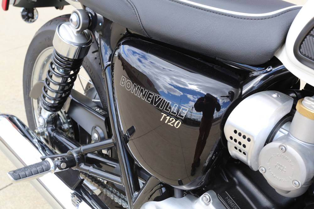 2018 Triumph Bonneville T120 in Saint Charles, Illinois - Photo 11