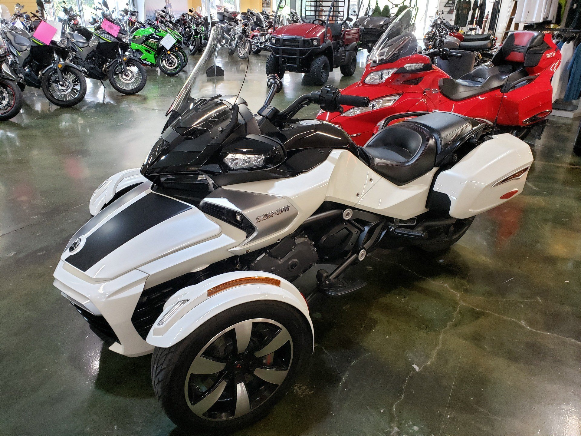 2016 Can-Am Spyder F3-T SE6 w/ Audio System in Louisville, Tennessee - Photo 2