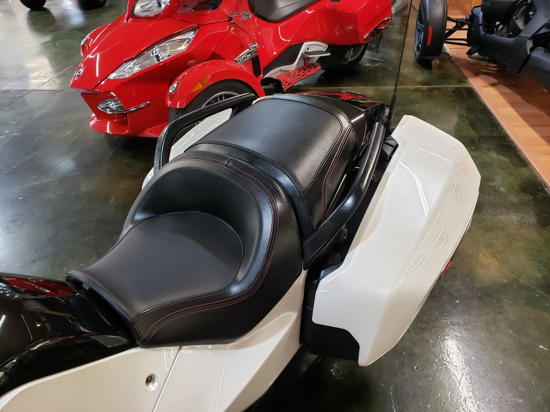 2016 Can-Am Spyder F3-T SE6 w/ Audio System in Louisville, Tennessee - Photo 6