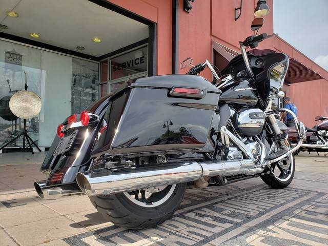 2018 Harley-Davidson Road Glide® in Orlando, Florida - Photo 2