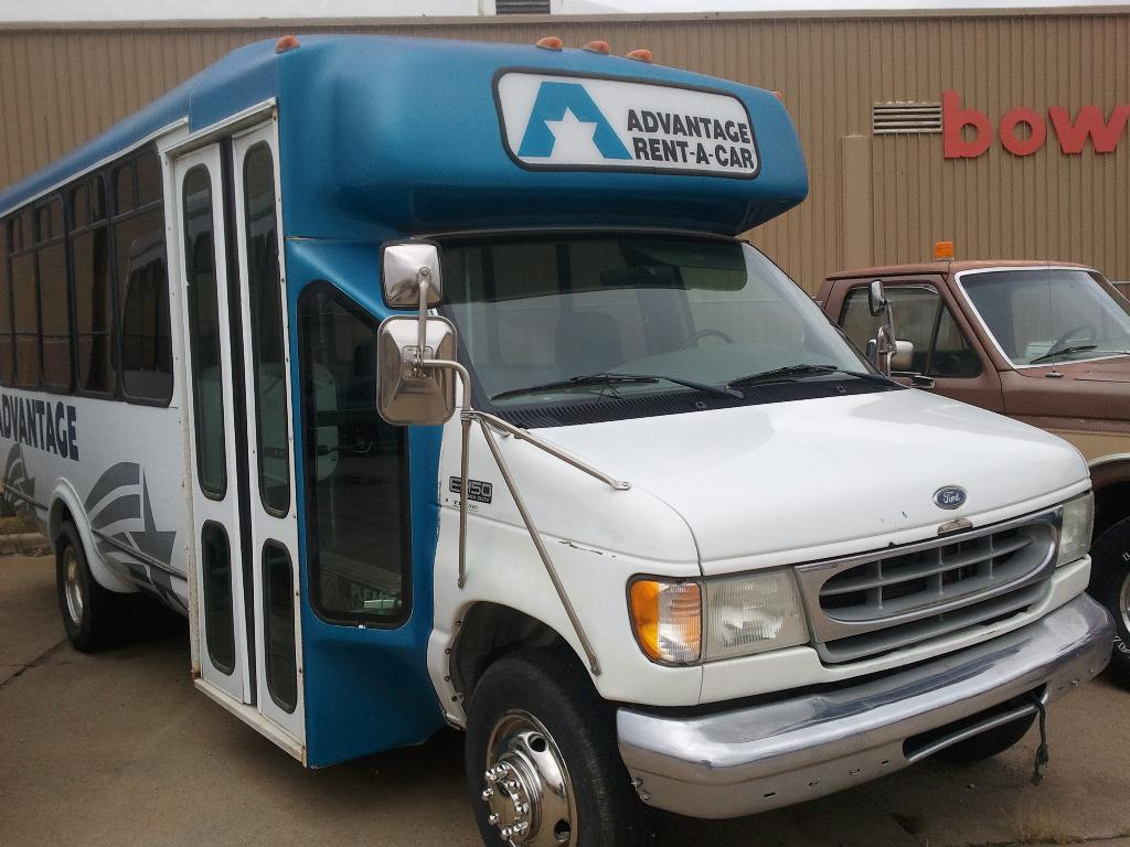 2000 Ford E 450  Superduty Bus in South Hutchinson, Kansas - Photo 1
