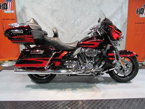 2017 Harley-Davidson Ultra Limited CVO in Rothschild, Wisconsin