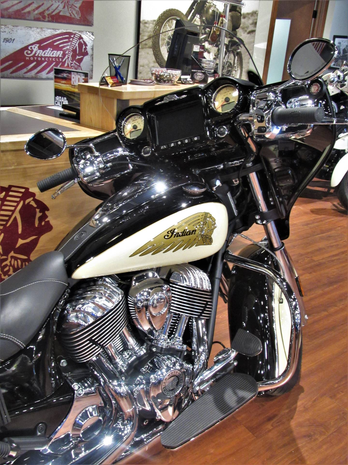 2019 Indian Chieftain® Classic ABS in Elkhart, Indiana - Photo 4