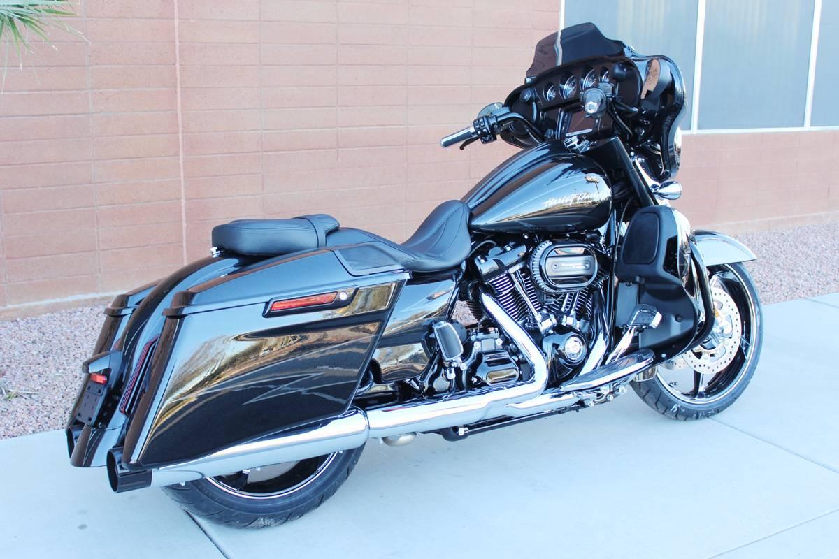 2017 Harley-Davidson CVO™ Street Glide® in Kingman, Arizona