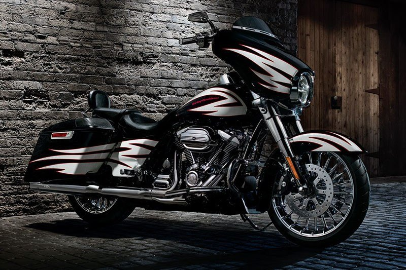 2017 Harley-Davidson Street Glide® in South Saint Paul, Minnesota - Photo 12